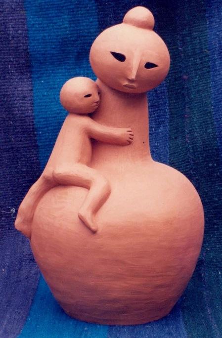 Figura de ceramica de una madre con su niño.