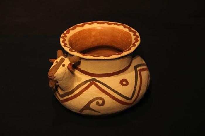 Vasija de arcilla con decoraciones.